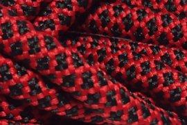 Czerwona siatka czarne kwadraciki